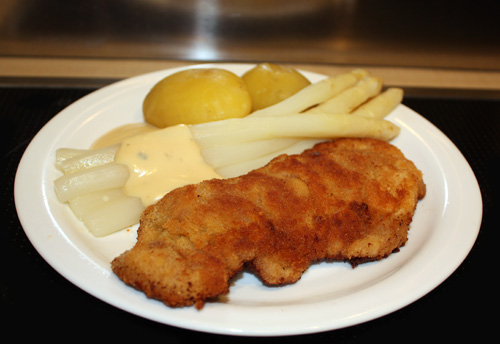 Schnitzel with white asparagus and spring potatoes